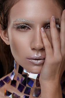 Schönes mädchen mit einem glänzenden make-up