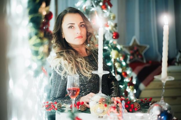 Schönes mädchen mit einem glas champagner weihnachten und neujahr hintergrund