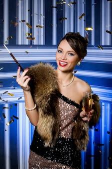 Schönes mädchen mit einem glas champagner