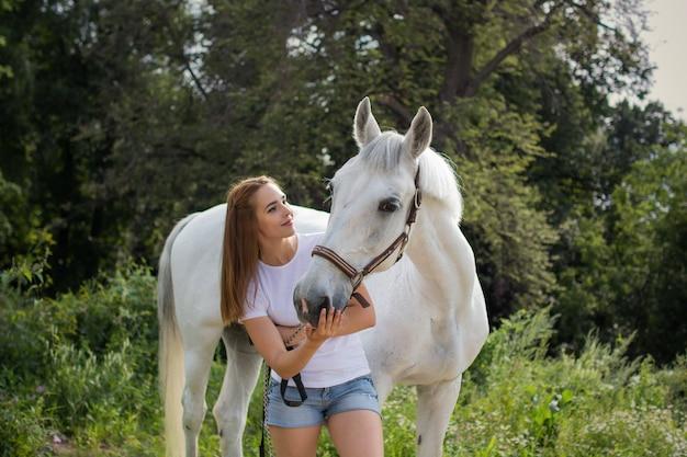 Schönes mädchen mit einem pferd