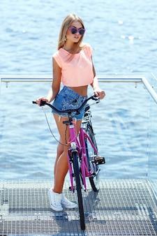 Schönes mädchen mit fahrrad