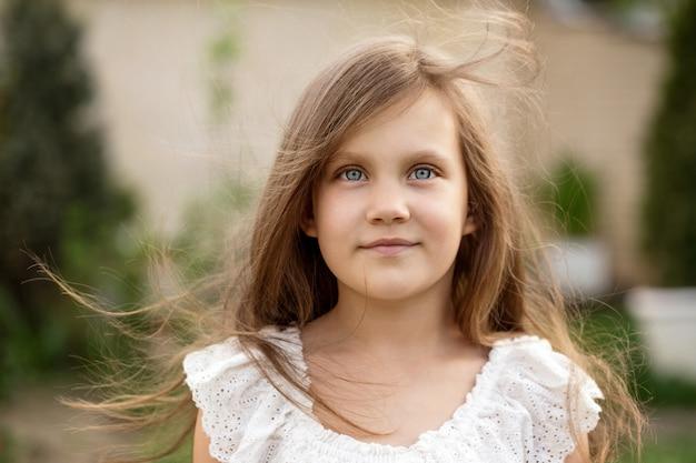 Schönes mädchen mit fließendem haar