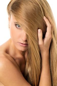 Schönes mädchen mit glatten haaren