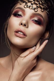 Schönes mädchen mit hellem make-up