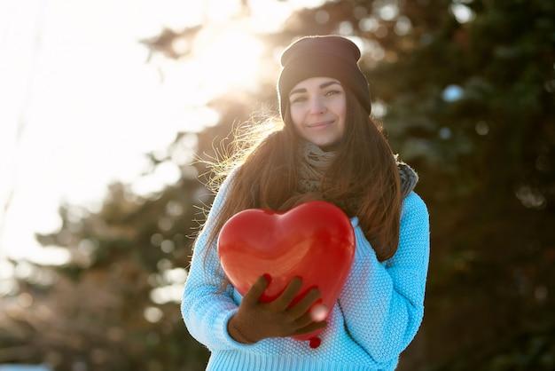 Schönes mädchen mit herzen formte ballon in den händen, valentinstag