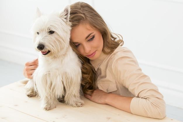 Schönes mädchen mit hund