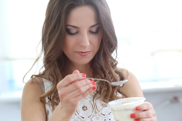 Schönes mädchen mit joghurt