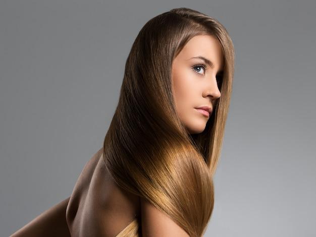 Schönes mädchen mit langen haaren