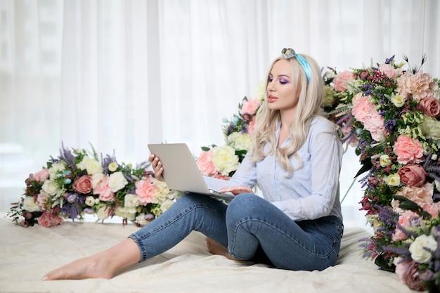 Schönes mädchen mit laptop