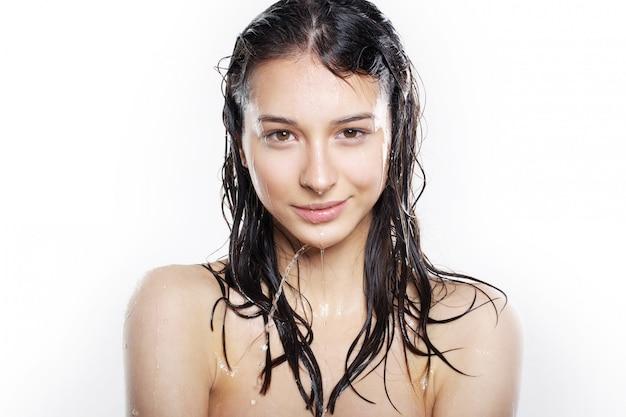 Schönes mädchen mit nassen haaren