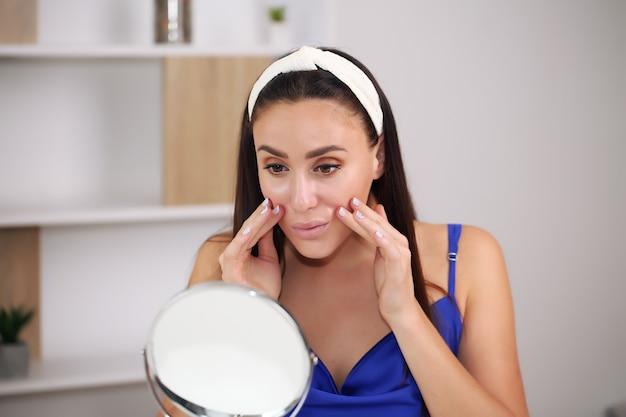 Schönes mädchen mit natürlichem make-up zu hause schönheits- und hautpflegekonzept.