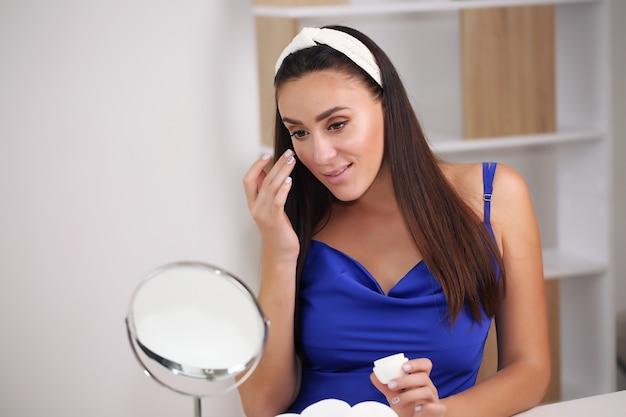 Schönes mädchen mit natürlichem make-up zu hause