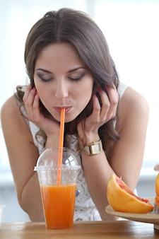 Schönes mädchen mit orangensaft