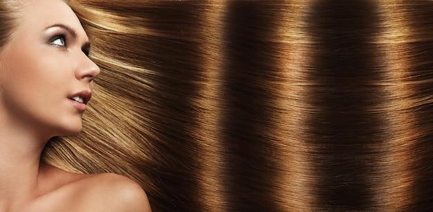 Schönes mädchen mit perfekten haaren