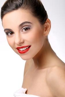 Schönes mädchen mit perfekter haut und rotem lippenstift