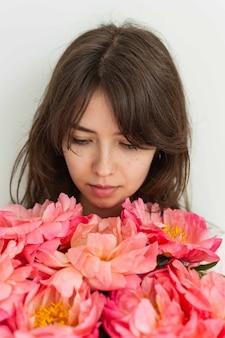Schönes mädchen mit rosa pfingstrosen schließen, alles gute zum geburtstag oder valentinstag