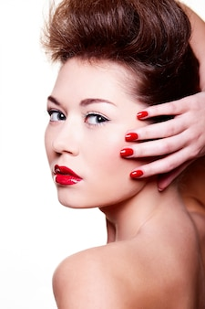 Schönes mädchen mit roten lippen und nägeln