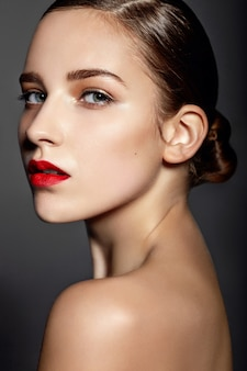 Schönes mädchen mit roten lippen