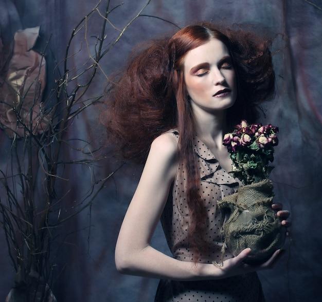 Schönes mädchen mit trockenen rosen