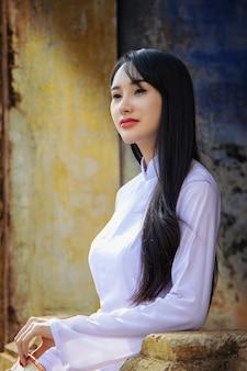 Schönes mädchen mit vietnam-kulturtrachtenkleid.