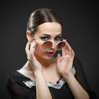 Schönes mädchen nimmt ihre brille ab