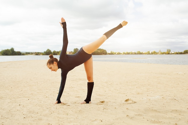 Schönes mädchen von mittlerem alter, das yogaübungen tut