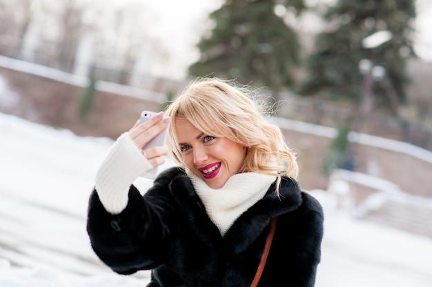 Schönes mädchen winter selfie, blondine, im freien
