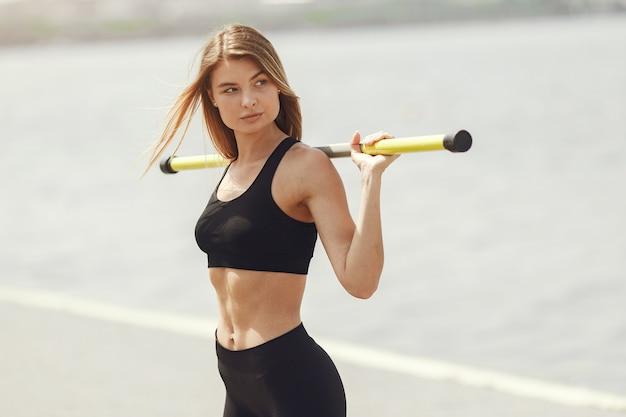Schönes mädchentraining. sportmädchen in einer sportbekleidung.