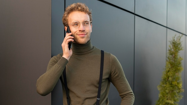 Schönes männliches modell, das am telefon spricht