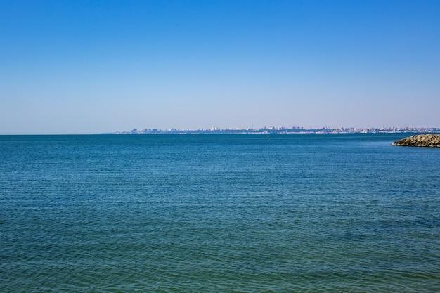 Schönes meer mit blauem himmel am sonnigen tag