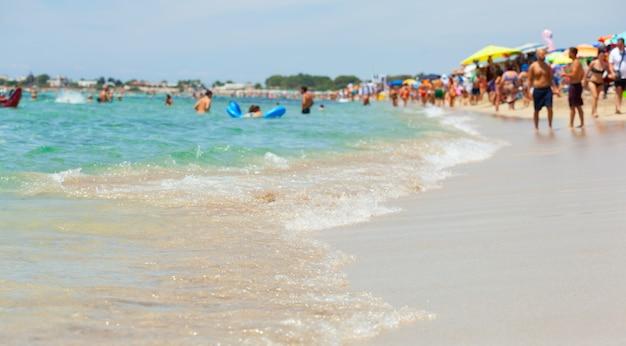 Schönes meer mit türkisfarbenem wasser und goldenem strand in salento.