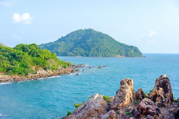 Schönes meer von chanthaburi, thailand mit weichzeichnung und über licht im hintergrund