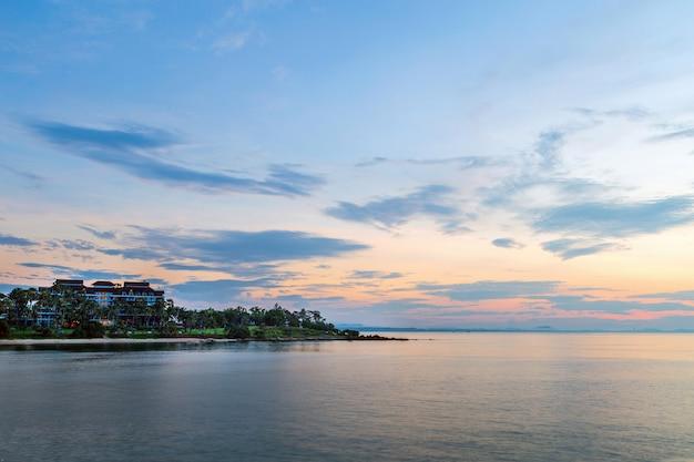 Schönes meerblickbild mit luxushotel auf dem kap fast nationalpark khao leam ya