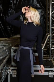 Schönes mode-modell im strickkleid, das für lookbook aufwirft