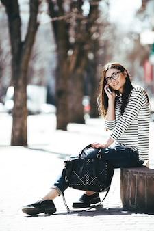 Schönes model in brille sitzt