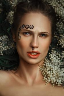Schönes model posiert zutiefst emotional in einem dunklen studio