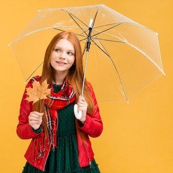 Schönes modell, das mit regenschirm aufwirft Kostenlose Fotos