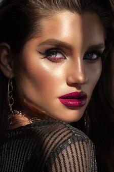 Schönes modell mit hellem professionellem make-up, welliges haar, perfekte haut, rote weinlippen