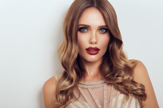 Schönes modell mit lockiger frisur. schön schminken