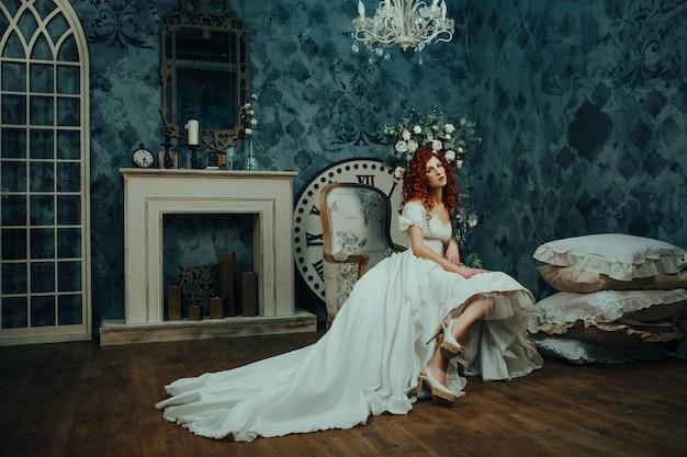 Schönes modell posiert mit kreativem make-up und blumen um ihr gesicht