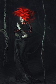 Schönes modell rosenhut posiert im dunkeln