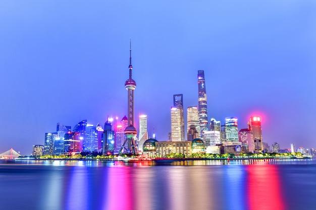 Schönes modernes gebäude in der zeit shanghais in der dämmerung, china