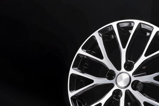 Schönes modernes schwarzweiss-design des autolegierungsrads, auf einem schwarzen hintergrund, nahaufnahmeelement, dünne speichen