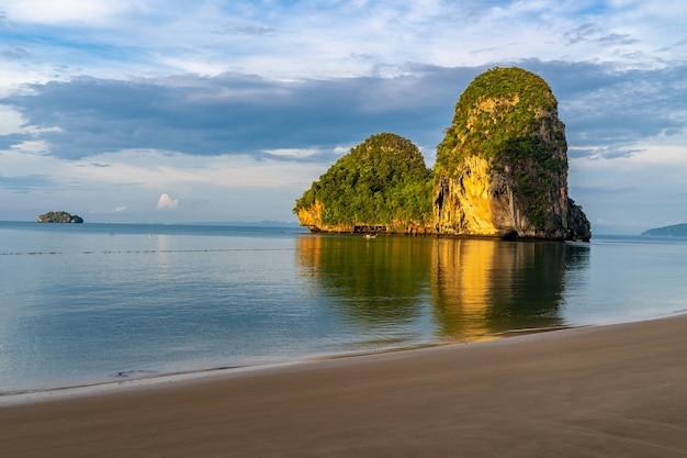 Schönes morgenlicht am pranang cave beach, railay, krabi, thailand