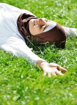 Schönes moslemisches arabisches mädchen, das glückliche zeit in der natur hat