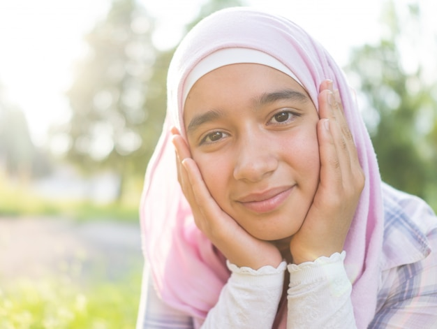 Schönes moslemisches arabisches mädchen glücklich in der natur