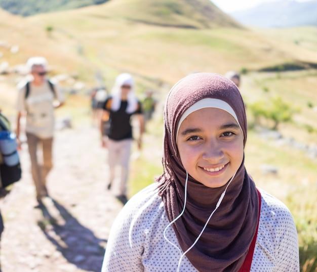 Schönes moslemisches arabisches mädchenwandern