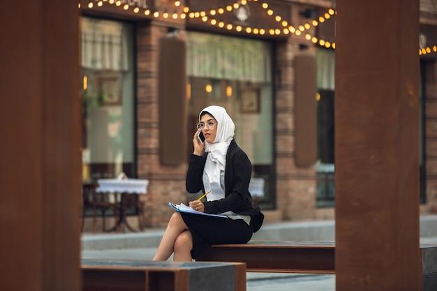 Schönes muslimisches erfolgreiches geschäftsfrauenporträt, selbstbewusster glücklicher ceo