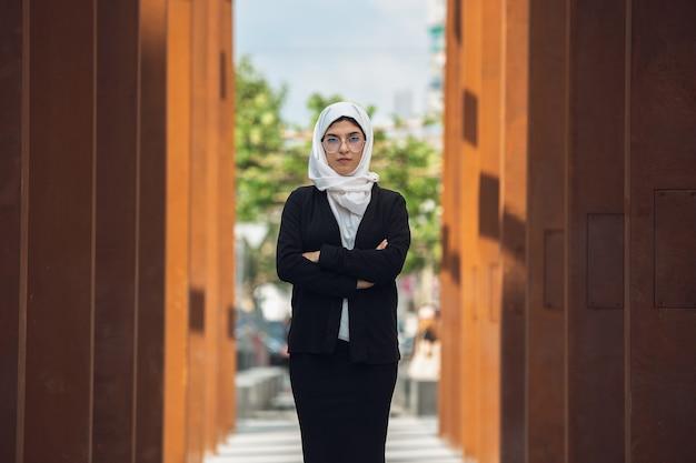 Schönes muslimisches erfolgreiches geschäftsfrauporträt überzeugter glücklicher ceo