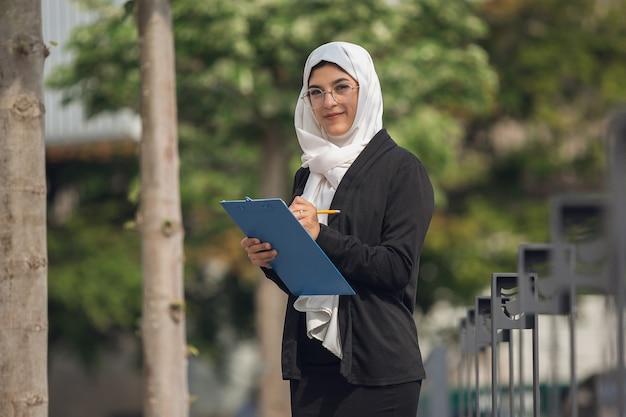 Schönes muslimisches erfolgreiches geschäftsfrauporträt überzeugter glücklicher ceo Premium Fotos